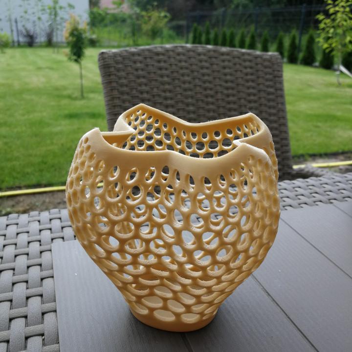 Strawberry-like voronoi style vase