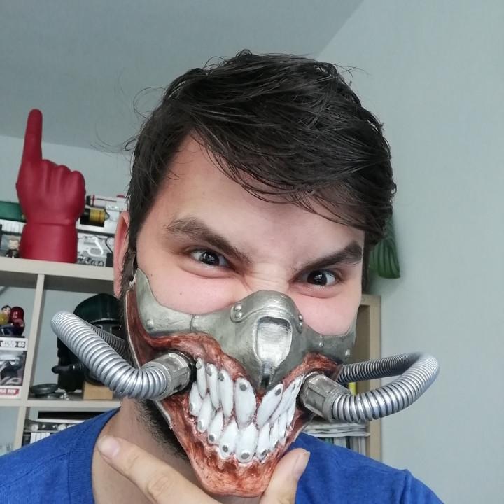 Immortan Joe Mask, Sharp teeth