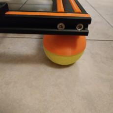 Tennis ball mount vibration damper feet